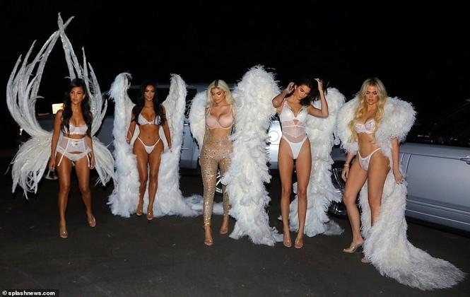 Chị em nhà Kim Kardashian hóa thân thành thiên thần nội y  - ảnh 2