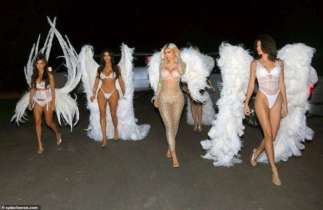 Chị em nhà Kim Kardashian hóa thân thành thiên thần nội y  - ảnh 3