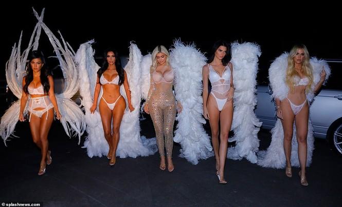 Chị em nhà Kim Kardashian hóa thân thành thiên thần nội y  - ảnh 5