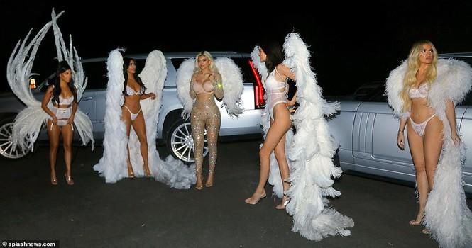 Chị em nhà Kim Kardashian hóa thân thành thiên thần nội y  - ảnh 6