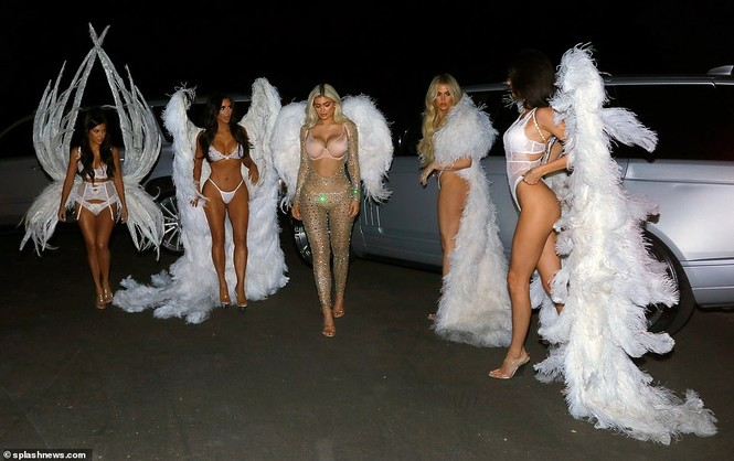 Chị em nhà Kim Kardashian hóa thân thành thiên thần nội y  - ảnh 7