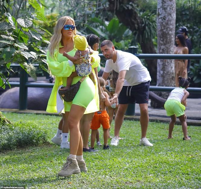 Kim Kardashian diện bikini cưỡi voi ở Bali - ảnh 10