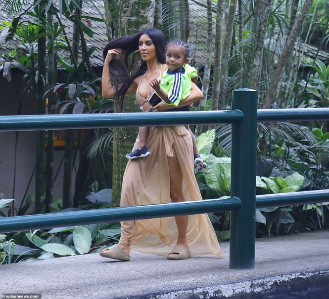 Kim Kardashian diện bikini cưỡi voi ở Bali - ảnh 7