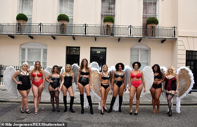 Mỹ nhân Anh quốc Ashley James mặc nội y, đeo cánh thiên thần ra phố - ảnh 10