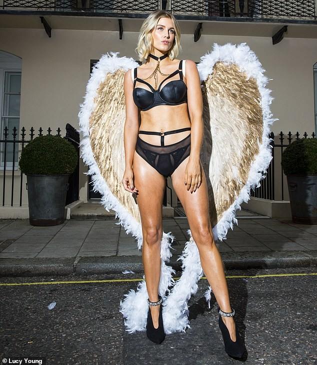 Mỹ nhân Anh quốc Ashley James mặc nội y, đeo cánh thiên thần ra phố - ảnh 3