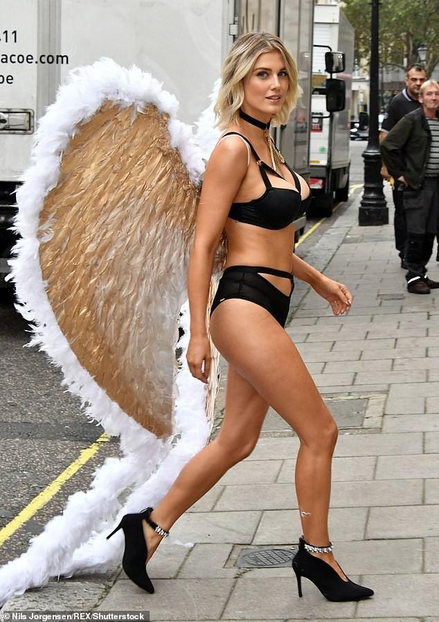 Mỹ nhân Anh quốc Ashley James mặc nội y, đeo cánh thiên thần ra phố - ảnh 4