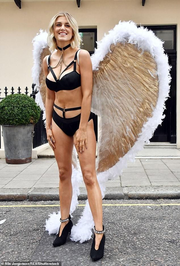 Mỹ nhân Anh quốc Ashley James mặc nội y, đeo cánh thiên thần ra phố - ảnh 1