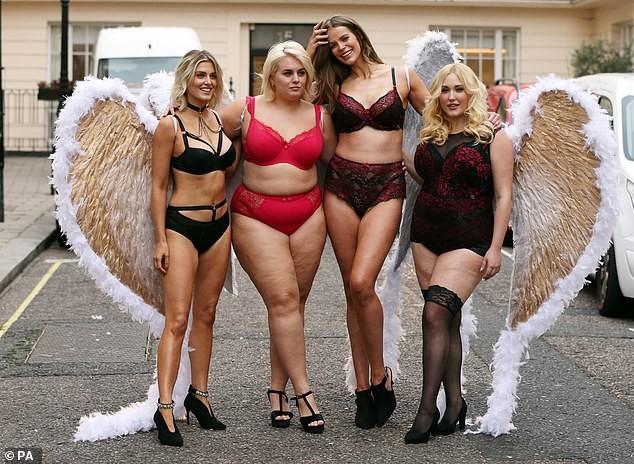 Mỹ nhân Anh quốc Ashley James mặc nội y, đeo cánh thiên thần ra phố - ảnh 9