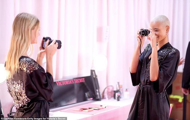 Hậu trường sôi động các mỹ nhân nội y Victoria's Secret trước giờ G - ảnh 24