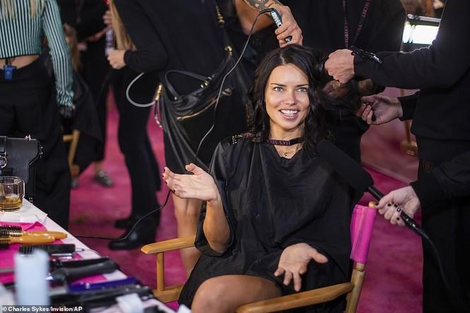 Hậu trường sôi động các mỹ nhân nội y Victoria's Secret trước giờ G - ảnh 4