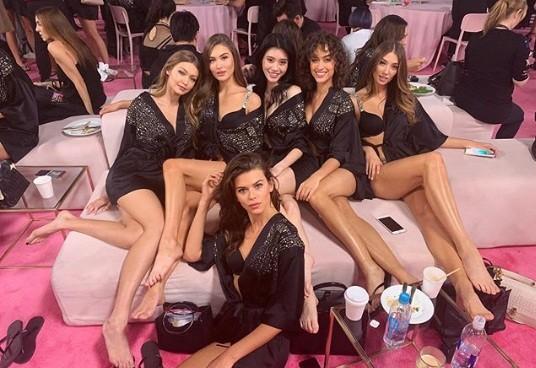 Hậu trường sôi động các mỹ nhân nội y Victoria's Secret trước giờ G - ảnh 50