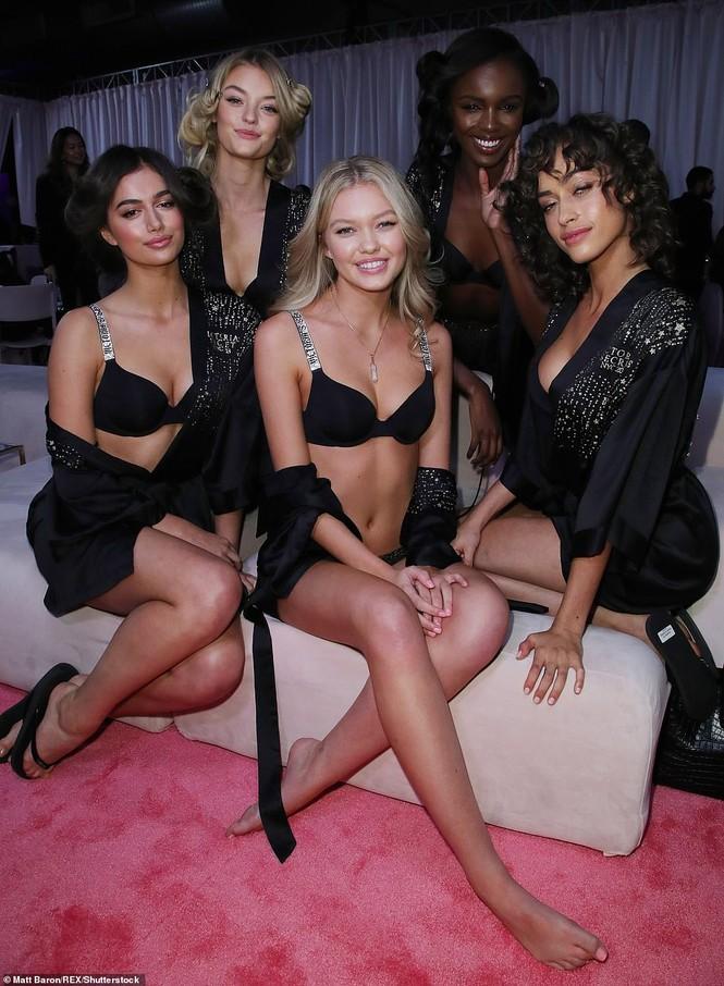 Hậu trường sôi động các mỹ nhân nội y Victoria's Secret trước giờ G - ảnh 60