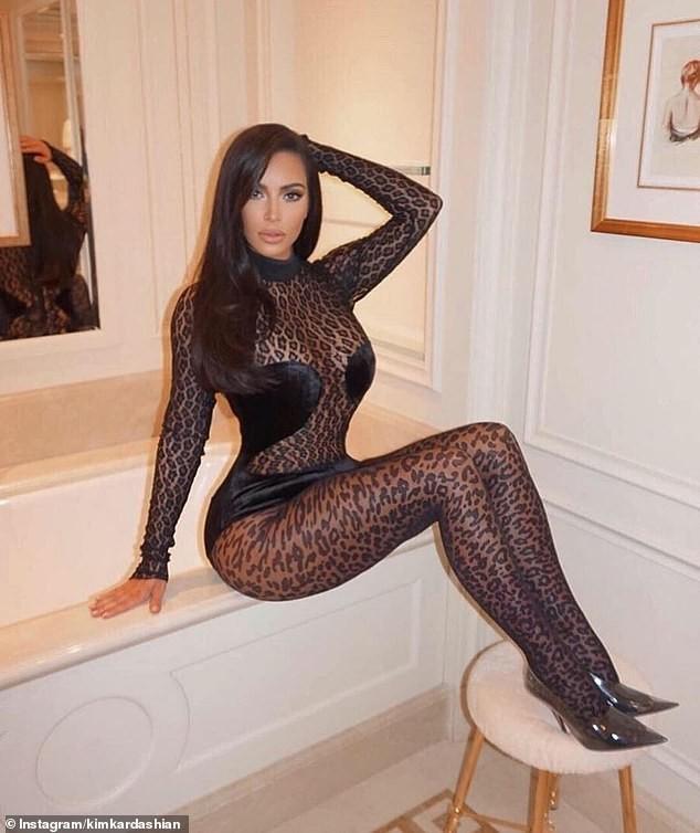 Kim Kardashian mặc xuyên thấu táo bạo dạo phố Paris - ảnh 2