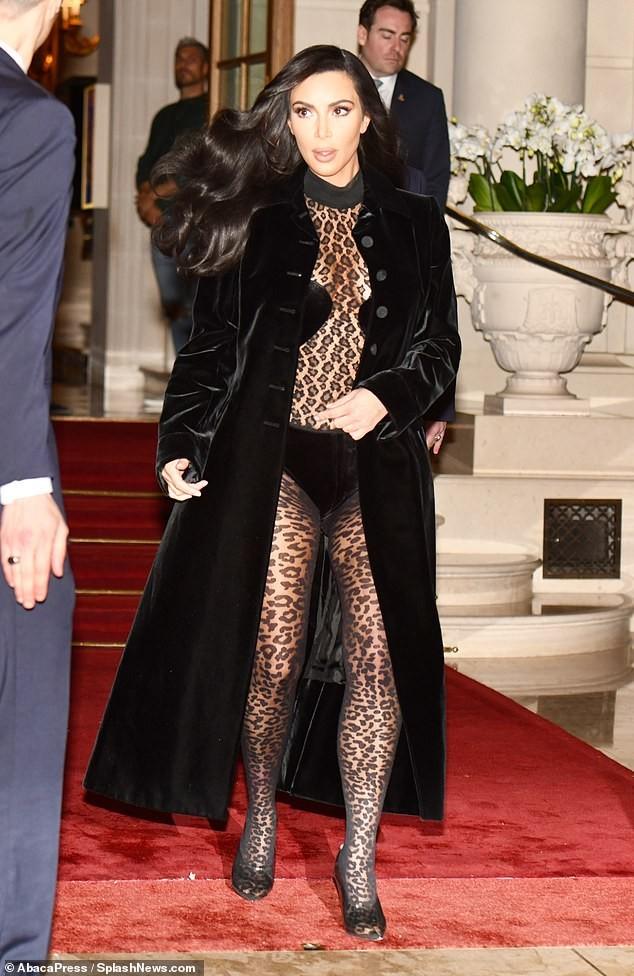 Kim Kardashian mặc xuyên thấu táo bạo dạo phố Paris - ảnh 6