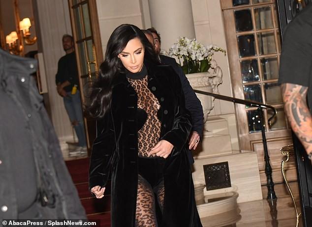 Kim Kardashian mặc xuyên thấu táo bạo dạo phố Paris - ảnh 8