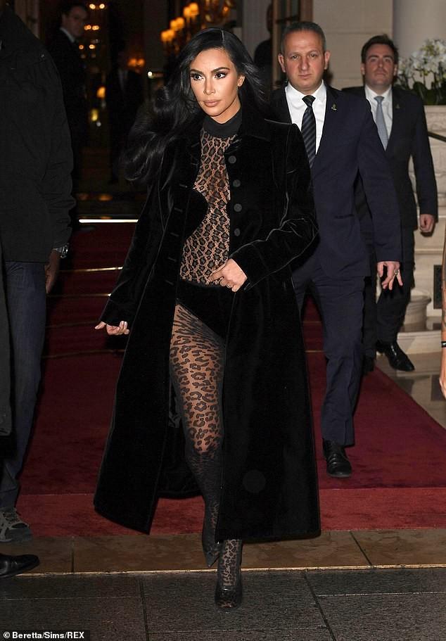 Kim Kardashian mặc xuyên thấu táo bạo dạo phố Paris - ảnh 7
