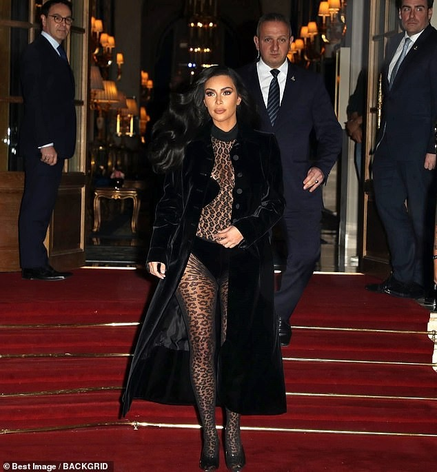 Kim Kardashian mặc xuyên thấu táo bạo dạo phố Paris - ảnh 12