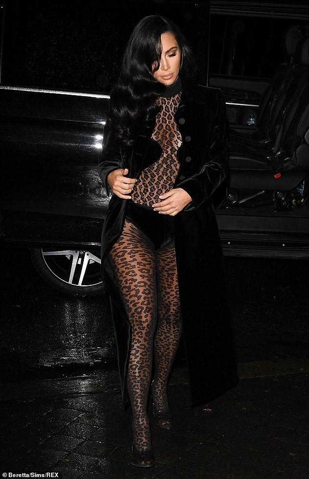 Kim Kardashian mặc xuyên thấu táo bạo dạo phố Paris - ảnh 9