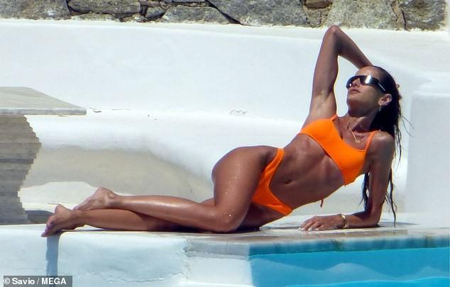 Siêu mẫu xứ Samba thả dáng tuyệt mỹ giữa nắng gió Hy Lạp - ảnh 2