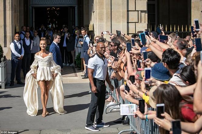 Celine Dion hóa nữ hoàng gợi cảm ở tuổi 51 - ảnh 1