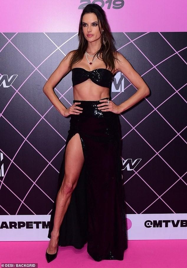 Siêu mẫu xứ Samba Alessandra Ambrosio U40 vẫn quá đỗi gợi cảm - ảnh 12