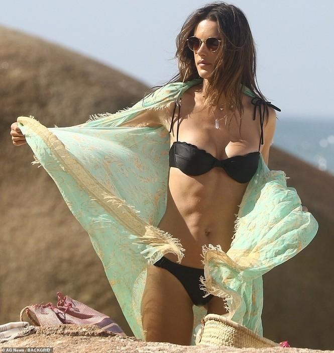 Siêu mẫu xứ Samba Alessandra Ambrosio U40 vẫn quá đỗi gợi cảm - ảnh 19