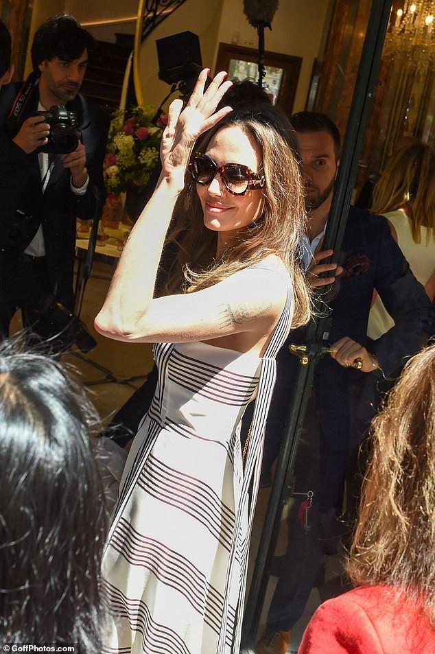 Angelina Jolie quá xinh đẹp quyến rũ trên đường phố Paris - ảnh 10