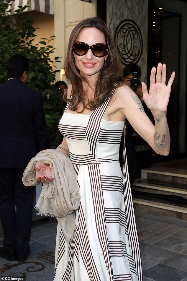 Angelina Jolie quá xinh đẹp quyến rũ trên đường phố Paris - ảnh 1