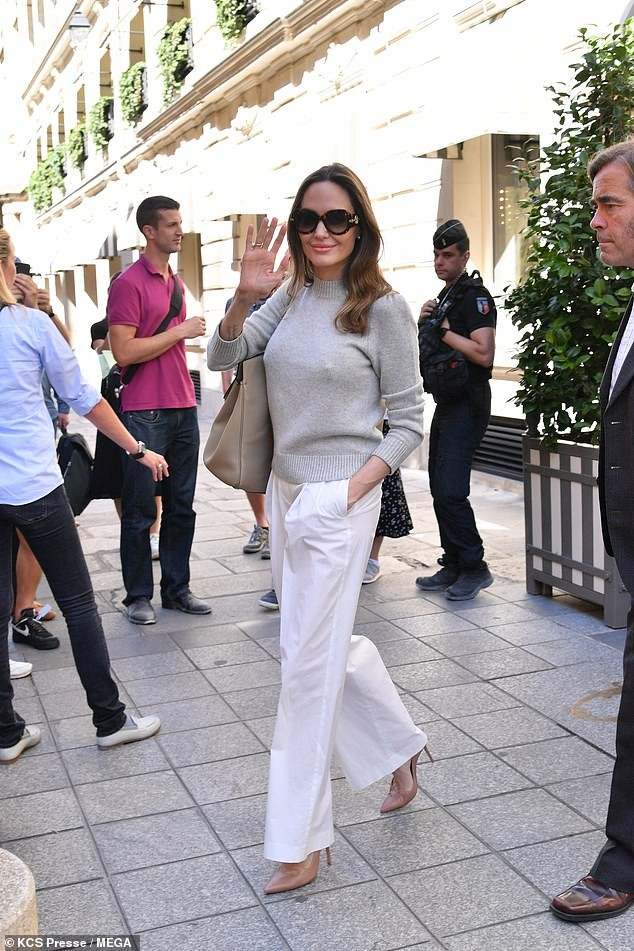 Angelina Jolie quá xinh đẹp quyến rũ trên đường phố Paris - ảnh 13