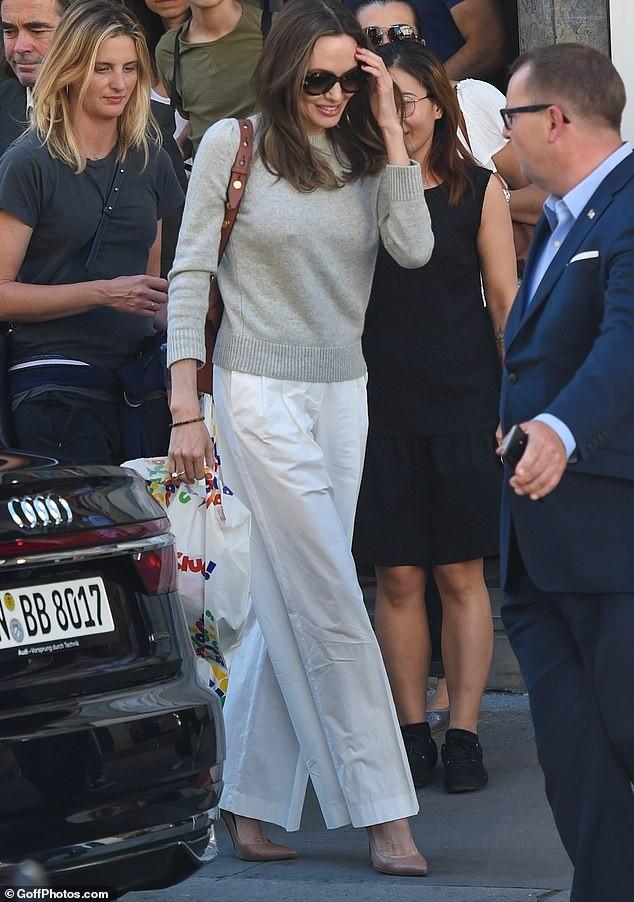Angelina Jolie quá xinh đẹp quyến rũ trên đường phố Paris - ảnh 12