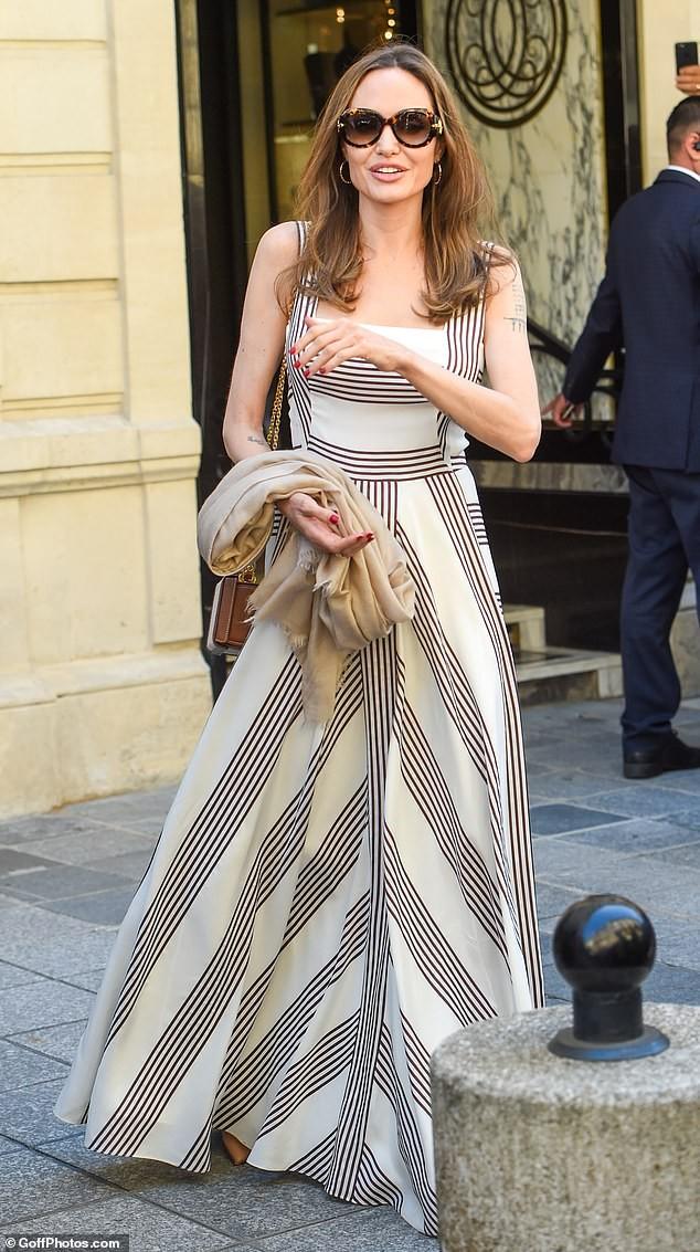 Angelina Jolie quá xinh đẹp quyến rũ trên đường phố Paris - ảnh 11
