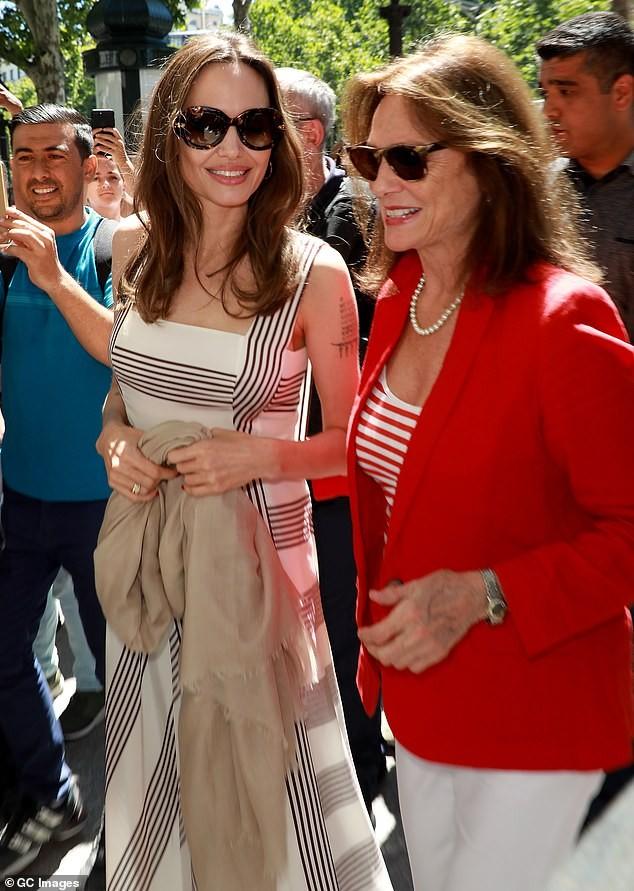 Angelina Jolie quá xinh đẹp quyến rũ trên đường phố Paris - ảnh 8