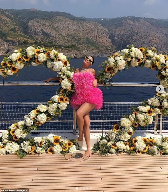 Cô út tỉ phú nhà Kardashian siêu nóng bỏng đón sinh nhật tuổi 22 - ảnh 8