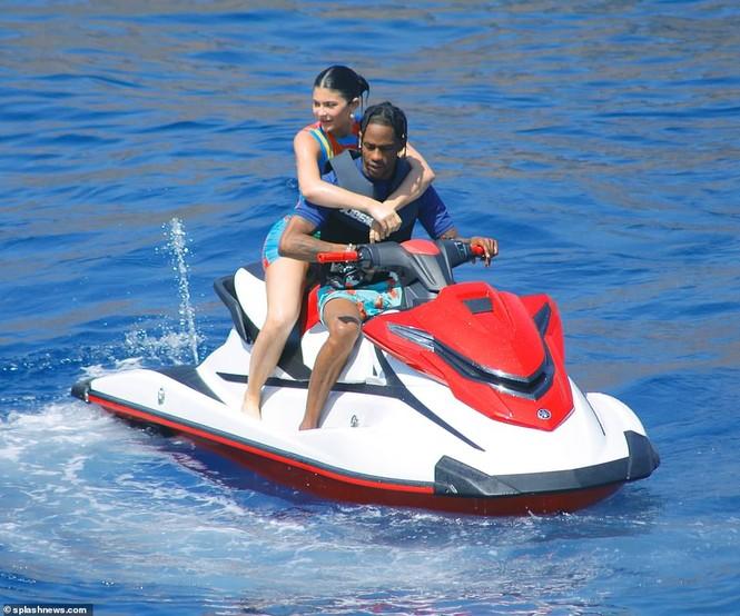 Cô út tỉ phú nhà Kardashian siêu nóng bỏng đón sinh nhật tuổi 22 - ảnh 15