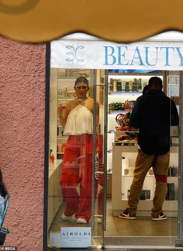 Nàng út tỉ phú nhà Kardashian áo yếm lưng trần hút mọi ánh nhìn ở Ý - ảnh 12