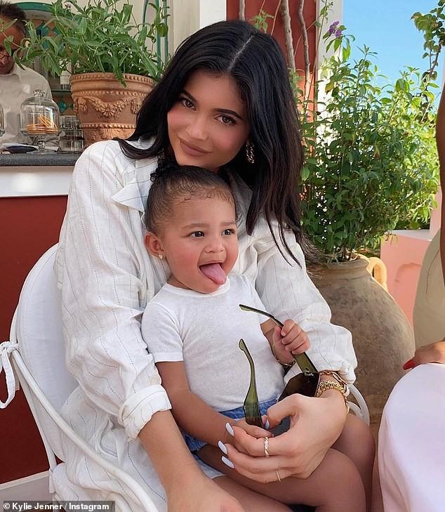 Nàng út tỉ phú nhà Kardashian áo yếm lưng trần hút mọi ánh nhìn ở Ý - ảnh 18