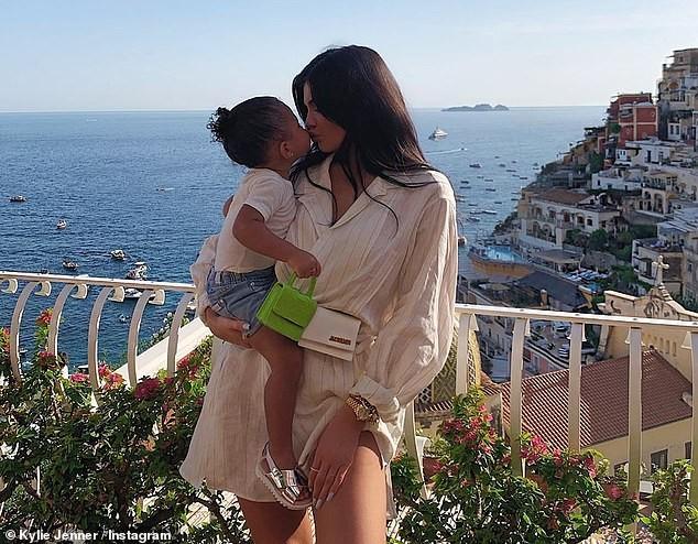Nàng út tỉ phú nhà Kardashian áo yếm lưng trần hút mọi ánh nhìn ở Ý - ảnh 17