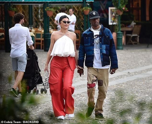 Nàng út tỉ phú nhà Kardashian áo yếm lưng trần hút mọi ánh nhìn ở Ý - ảnh 4