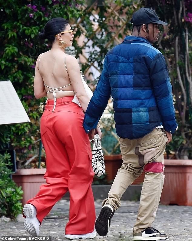 Nàng út tỉ phú nhà Kardashian áo yếm lưng trần hút mọi ánh nhìn ở Ý - ảnh 6