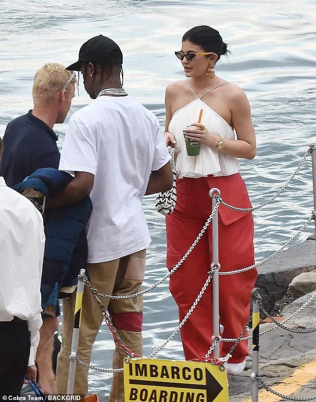 Nàng út tỉ phú nhà Kardashian áo yếm lưng trần hút mọi ánh nhìn ở Ý - ảnh 8