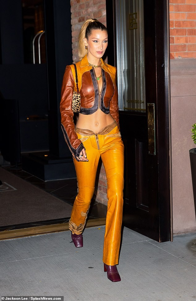 Bella Hadid nội y ren mỏng tang, chị gái Gigi Hadid mặc quần rách - ảnh 9