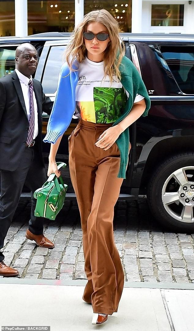 Bella Hadid nội y ren mỏng tang, chị gái Gigi Hadid mặc quần rách - ảnh 17