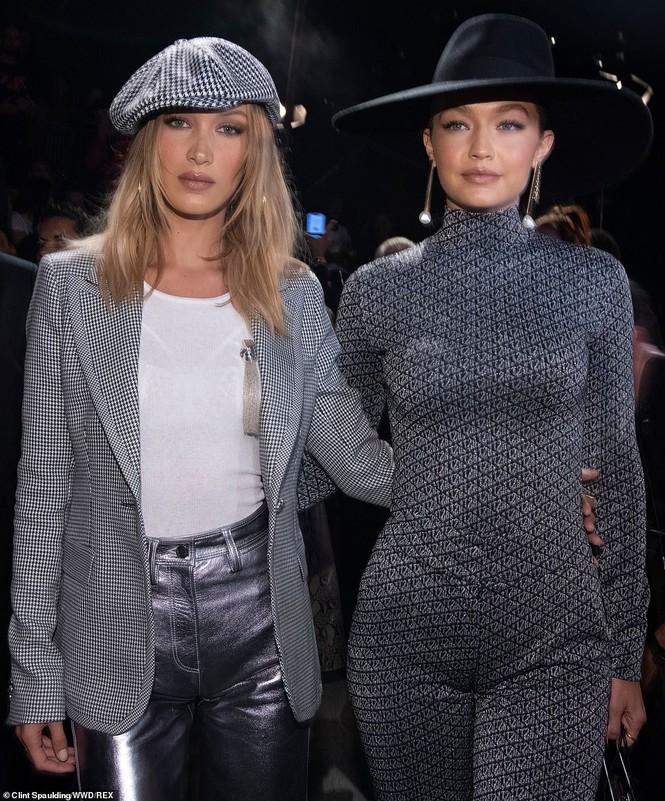 Bella Hadid nội y ren mỏng tang, chị gái Gigi Hadid mặc quần rách - ảnh 14
