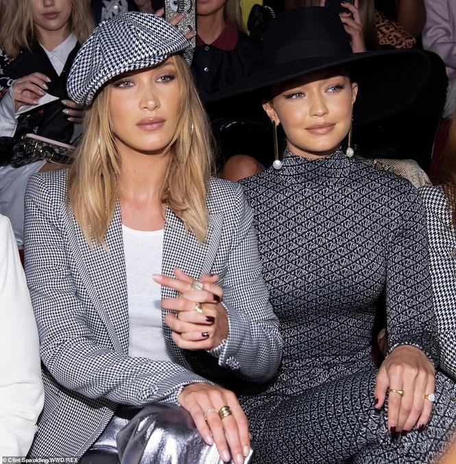 Bella Hadid nội y ren mỏng tang, chị gái Gigi Hadid mặc quần rách - ảnh 16