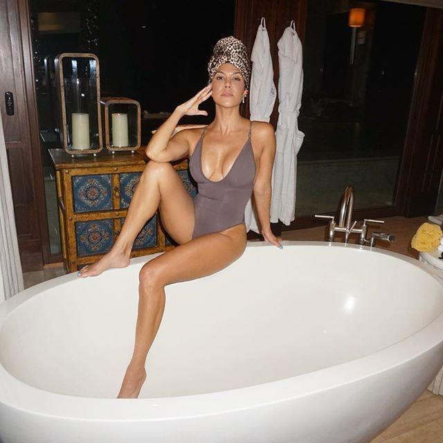 Chị cả nhà Kardashian diện bikini thả dáng bên bể bơi tại nhà như resort - ảnh 8