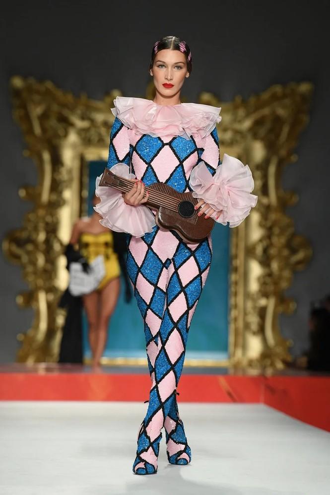 Siêu mẫu Nga Irina Shayk quyến rũ xuất thần trên sàn diễn Moschino - ảnh 17