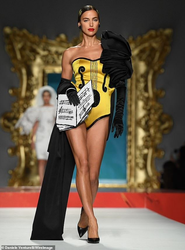 Siêu mẫu Nga Irina Shayk quyến rũ xuất thần trên sàn diễn Moschino - ảnh 5