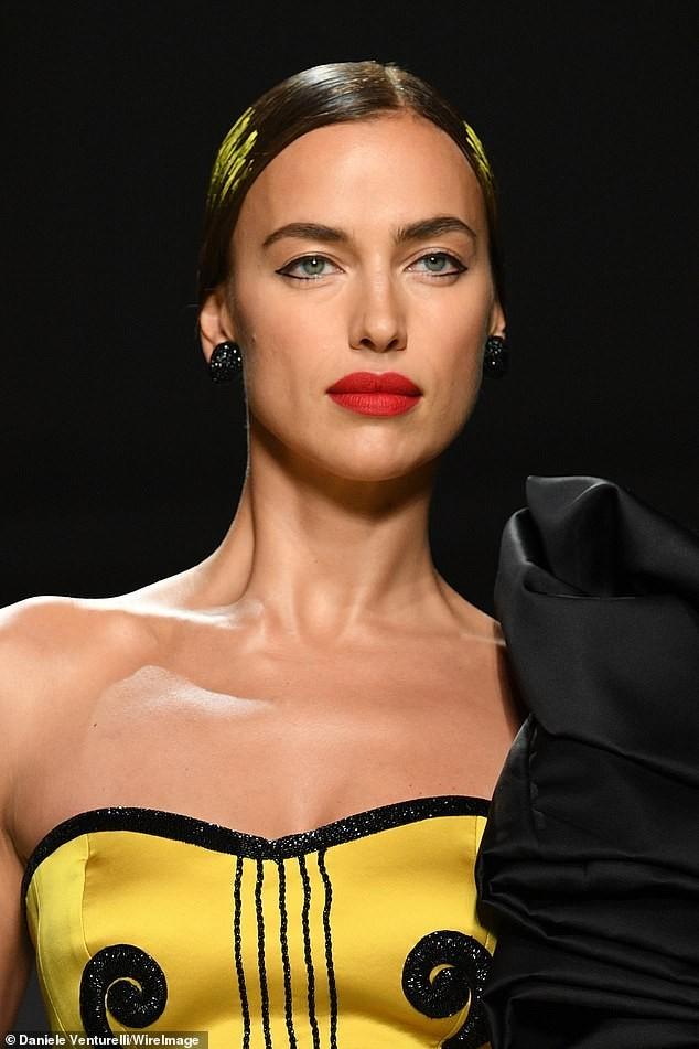 Siêu mẫu Nga Irina Shayk quyến rũ xuất thần trên sàn diễn Moschino - ảnh 2