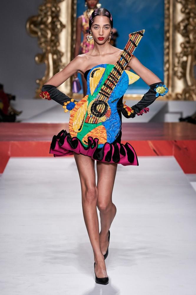 Siêu mẫu Nga Irina Shayk quyến rũ xuất thần trên sàn diễn Moschino - ảnh 26