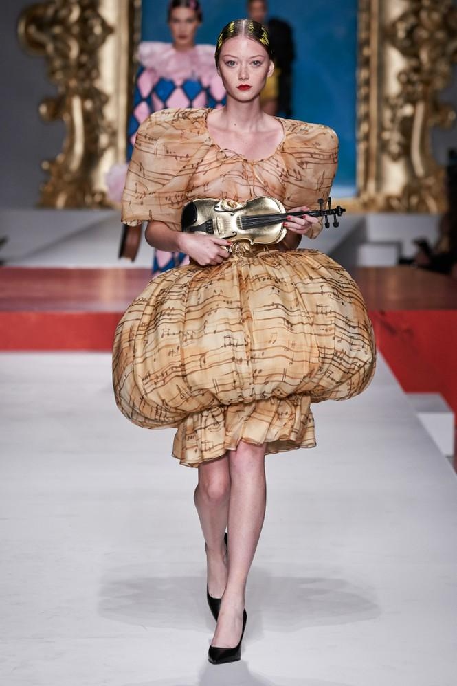Siêu mẫu Nga Irina Shayk quyến rũ xuất thần trên sàn diễn Moschino - ảnh 24
